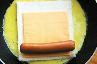 Cách làm sandwich cuộn xúc xích phô mai