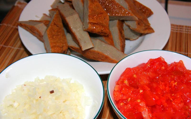 Nguyên liệu làm món chả quế sốt cà chua